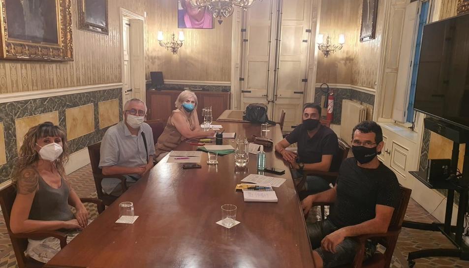 Imatge de la trobada de dilluns entre Paula Varas i els representants de les federacions de veïns.