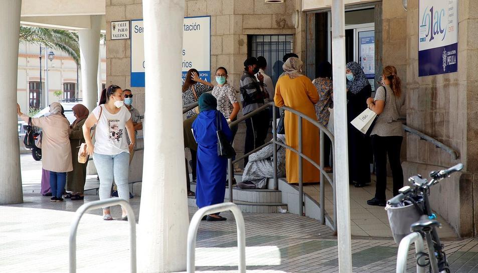 Diverses persones esperen el seu torn per sol·licitar els documents amb els quals demanar l'Ingrés Mínim Vital, el juny passat a Melilla.