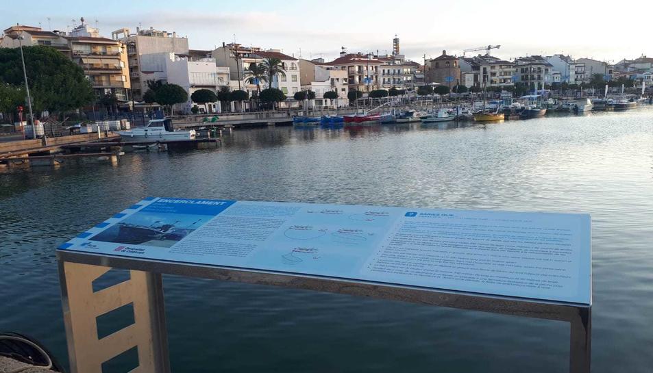 Un dels panells amb el port de Cambrils de fons.