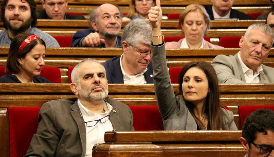 Pla mitjà de Carlos Carrizosa i Lorena Roldán amb el dit amunt en el ple del Parlament del 7 de febrer del 2020