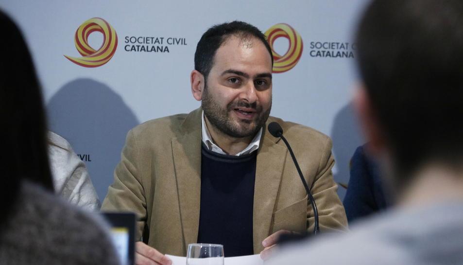 Pla mitjà del president de Societat Civil Catalana, Fernando Sánchez Costa.