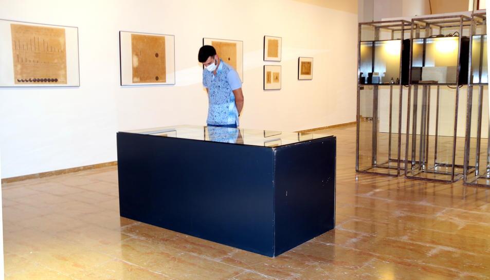 Pla general d'un visitant a l'exposició del Museu de les Terres de l'Ebre d'Amposta