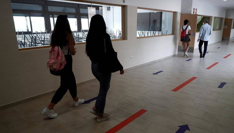 Diversos estudiants es dirigeixen a una aula per un passadís a l'IES Simone Veil de Paracuellos del Jarama, Madrid