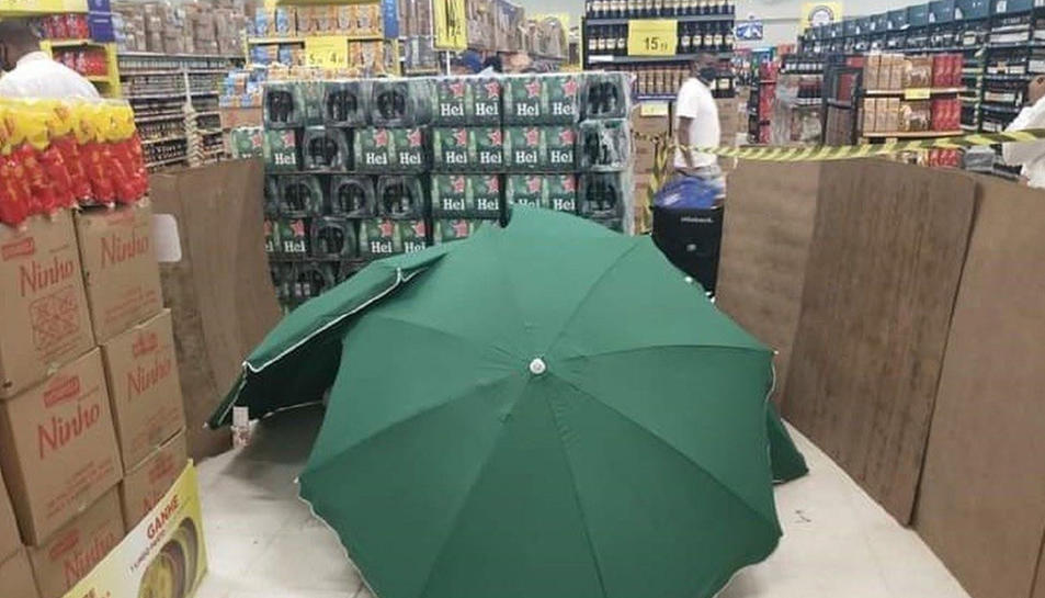 Van tapar el cos amb tres ombrel·les que estaven posades a la venda amb la finalitat d'evitar el tancament