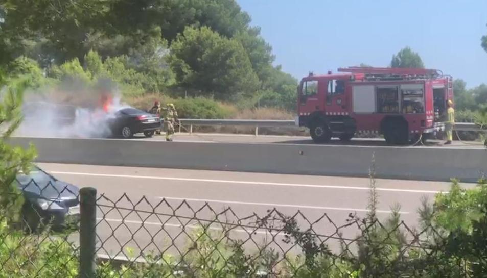 Crema un turisme a l'AP-7 a Tarragona