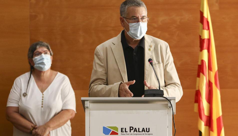 L'alcalde Ricomà durant la seva intervenció i, al fons, la regidora Cinta Pastó.