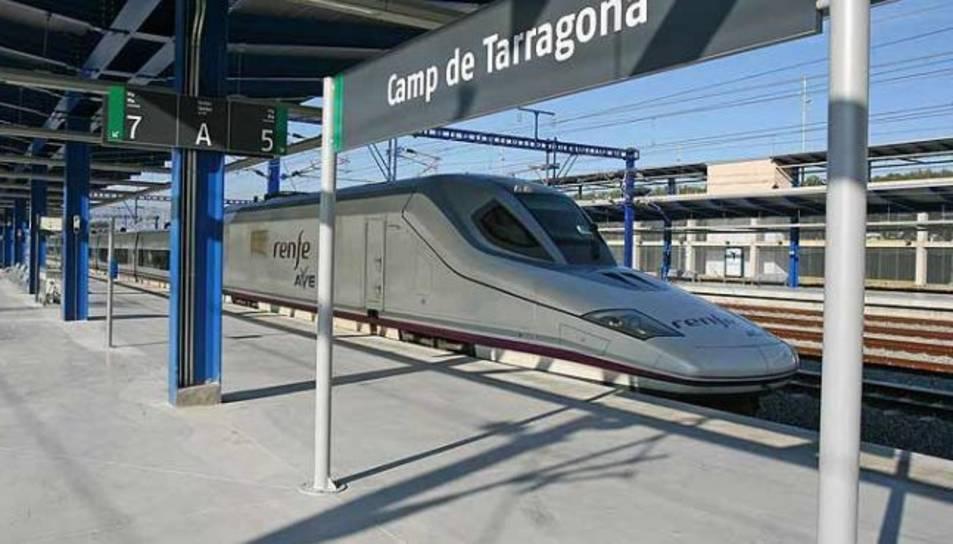 Un tren a l'estació del Camp de Tarragona.