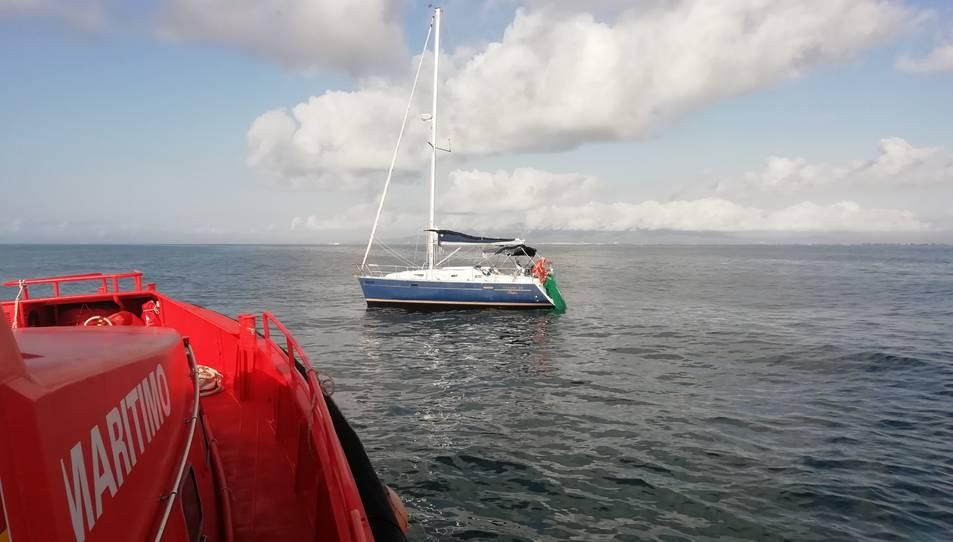 La Salvamar Achernar s'apropa per assistir al veler atrapat.
