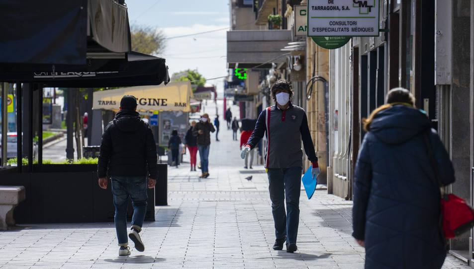 Gent passejant per la Rambla Nova amb mascaretes.