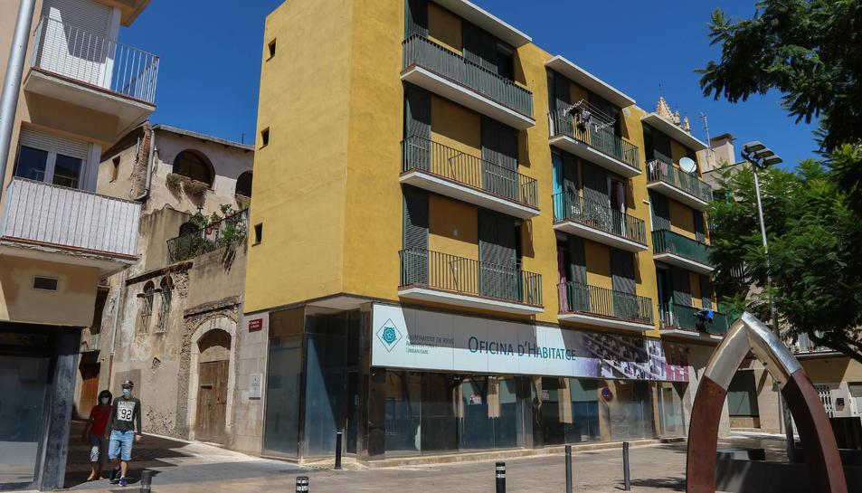 A la plaça del Baluard hi ha l'Oficina d'Habitatge i pisos protegits