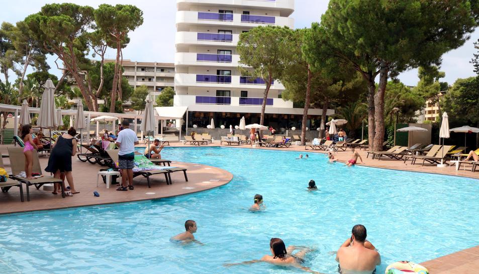 Turistes banyant-se i prenent el sol en una piscina de l'hotel Golden Port Salou & Spa