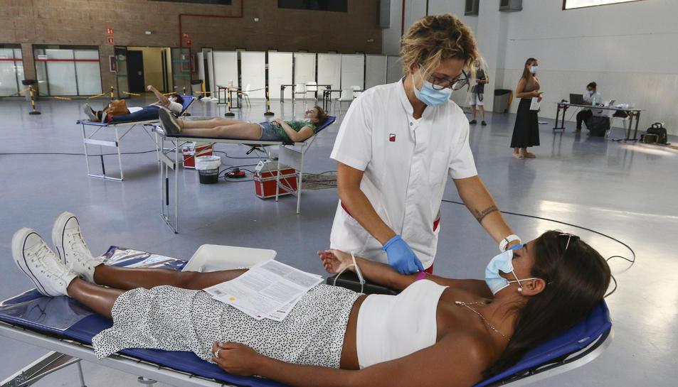 Una jove donant sang pel Banc de Sang i Teixits ahir al Palau Firal de Tarragona.