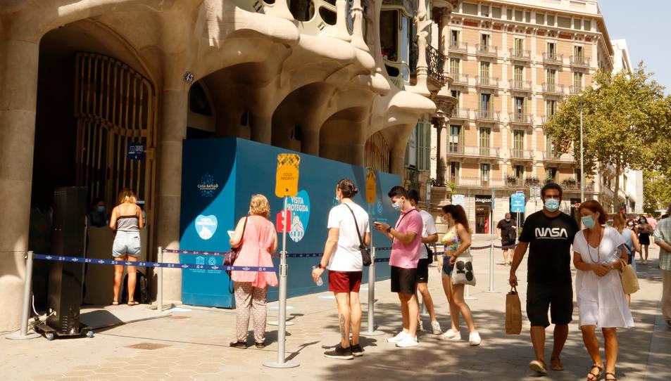 Pla obert de la cua per accedir a la Casa Batlló de Passeig de Gràcia.