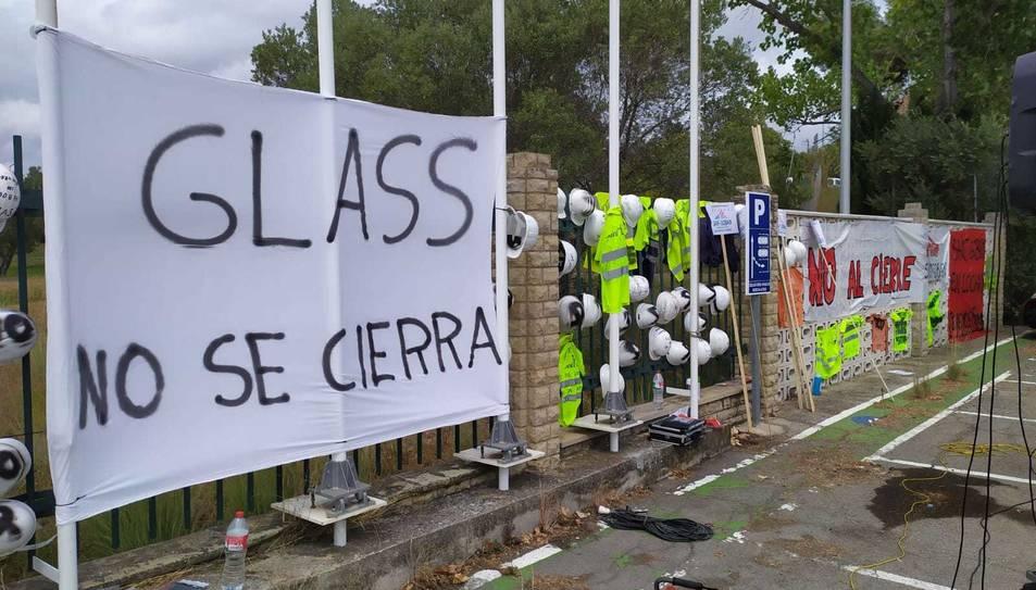 Exterior de la fàbrica Saint-Gobain a l'Arboç, plena de pancartes i cascs demanant aturar el tancament de la divisió Glass.