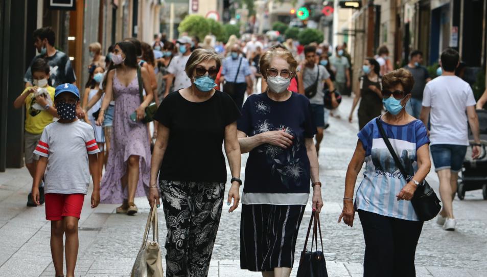 Tres dones grans passejant pel centre de Reus.