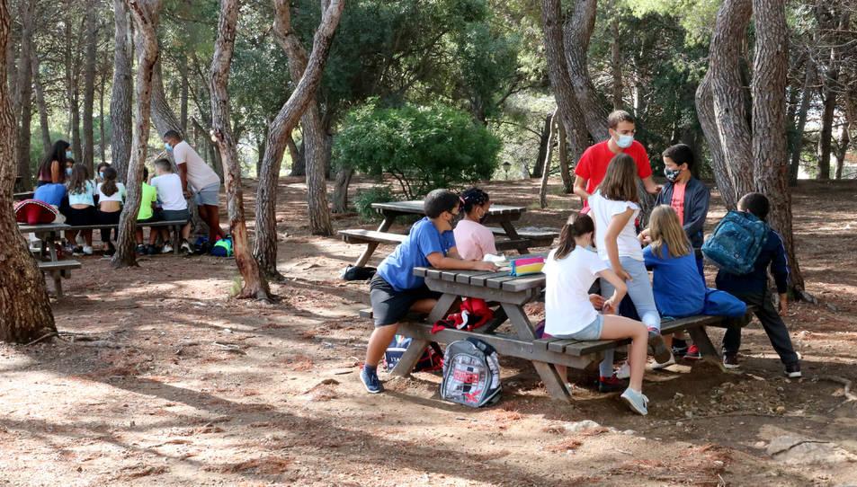 Pla obert d'un grup de joves fent una activitat de lleure en un alberg de Coma-ruga.