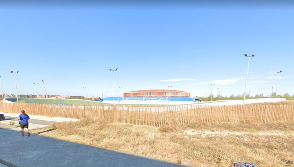 Vista exterior del velòdrom on es construirà la nova pista.