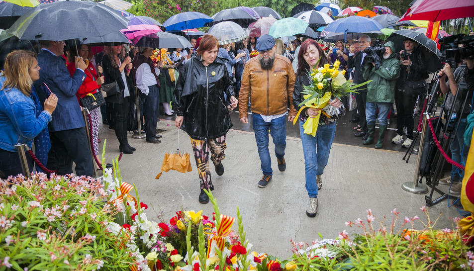 Ofrena floral de l'any passat, amb força presència de persones tot i la pluja.