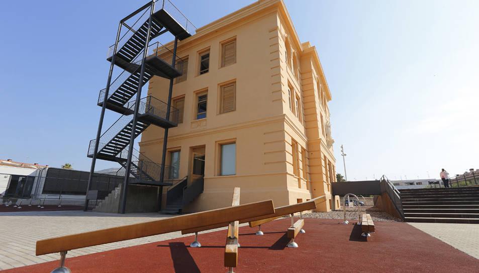 Façana de l'alberg dels Josepets de les Cases d'Alcanar.