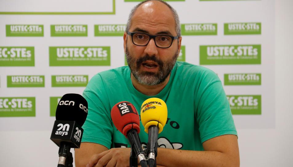 Pla mitjà del portaveu nacional d'USTEC-STEs, Ramon Font, durant la roda de premsa coincidint amb l'inici del curs.