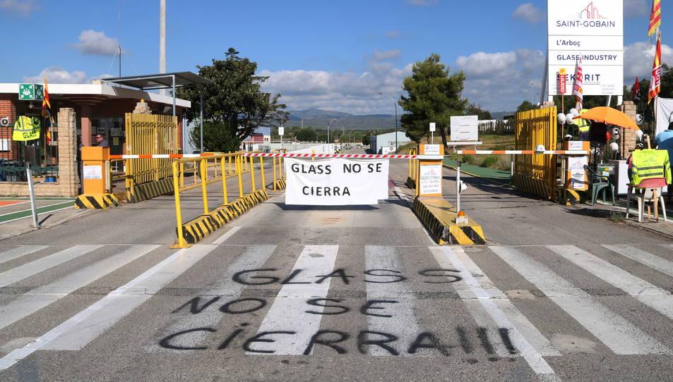 Entrada a la fàbrica Saint-Gobain a l'Arboç amb pintades reivindicatives a terra per denunciar el tancament.