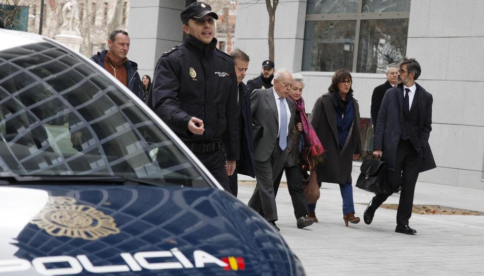 El president de la Generalitat Jordi Pujol acompanyat de la seva dona Marta Ferrusola i els seus advocats després de declarar davant el jutge de l'Audiència Nacional