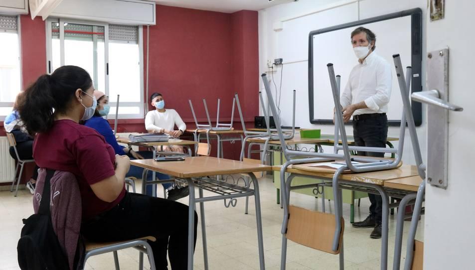 Un professor de l'IES Joanot Martorell parlant amb diversos alumnes de segon de batxillerat en una aula del centre.
