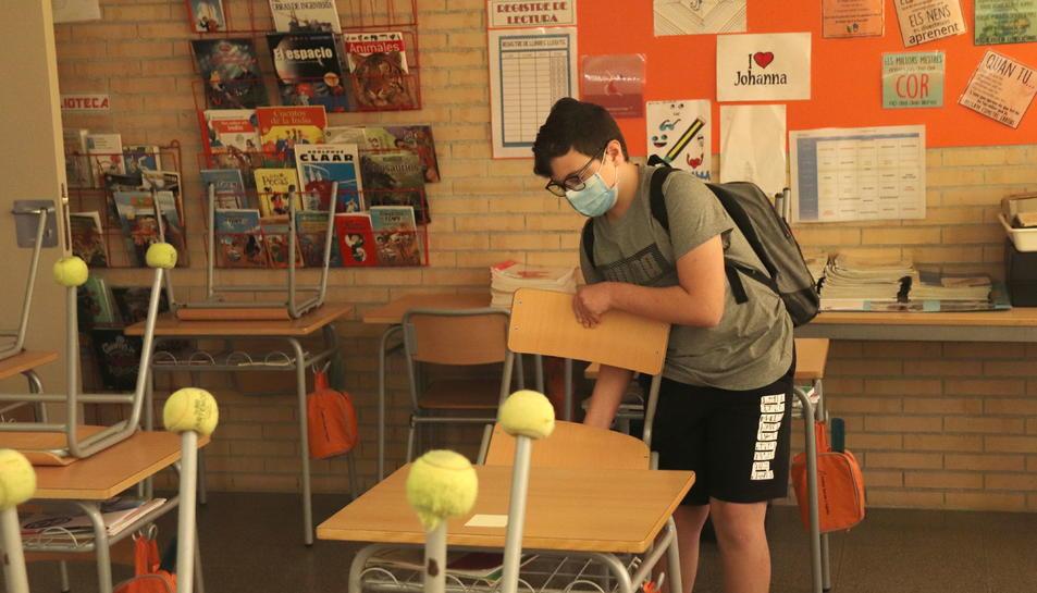 Un dels alumnes de cinquè de primària de l'Institut Escola l'Agulla del Catllar, en el primer dia de retorn a l'activitat.