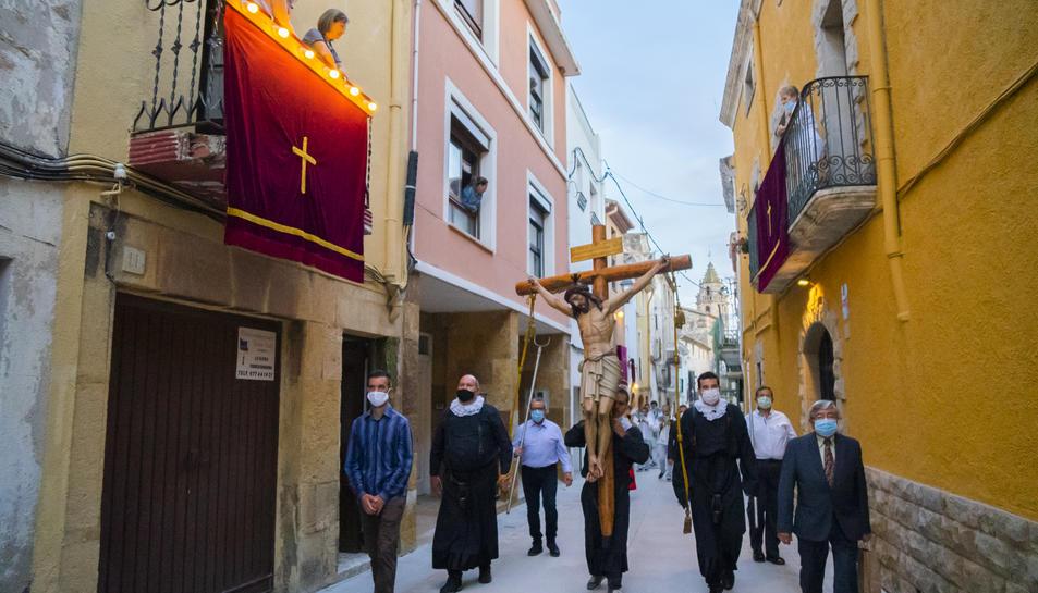 Imatge de la Santa Creu observada pels veïns a casa seva.