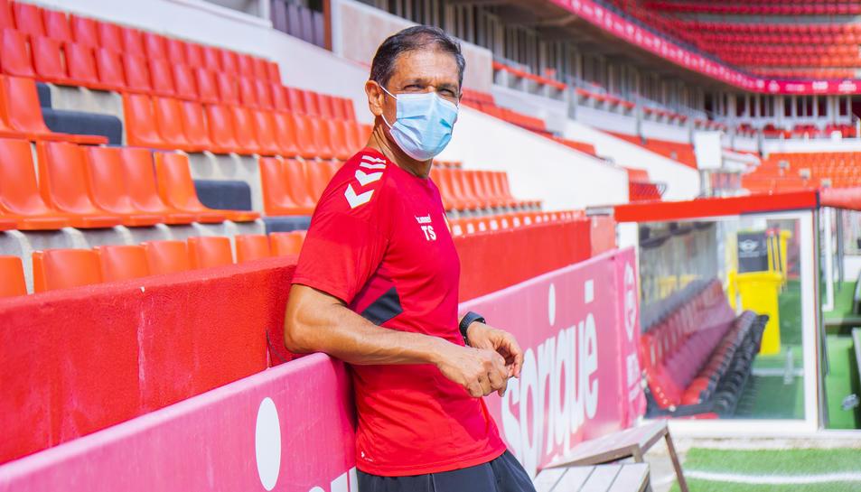 L'entrenador del Nàstic, Toni Seligrat, a la gespa d'un Nou Estadi que aquesta temporada espera viure grans alegries amb l'ascens a Segona A com a meta màxima.