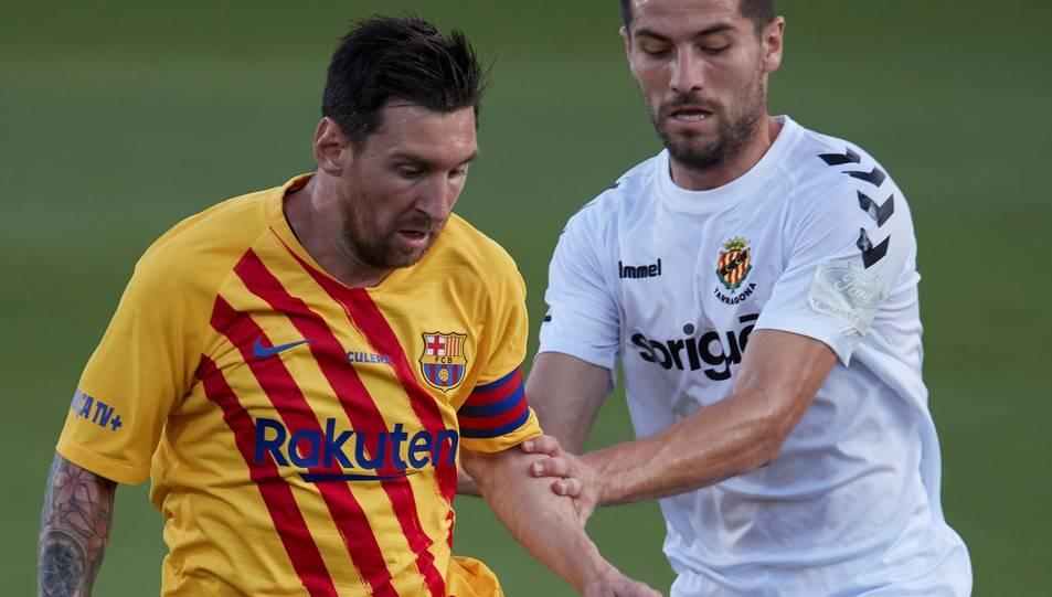 Messi, amb Javi Bonilla durant el Barça-Nàstic.