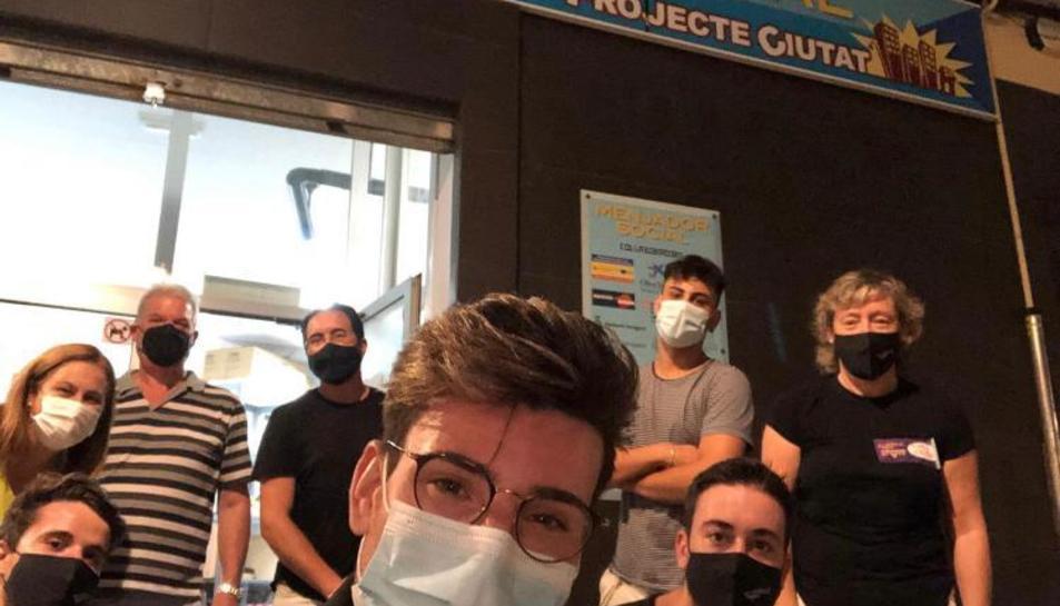 Imatge dels organitzadors davant el menjador social.