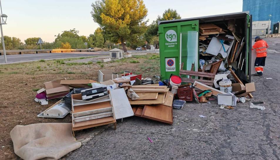 Aspecte de com queden molts contenidors on els incívics tiren tota mena de deixalles que acaben malmetent-los i cal reparar.