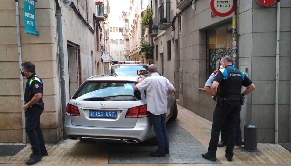 Imatge de les dotacions policials al carrer de la Lleona de Reus.
