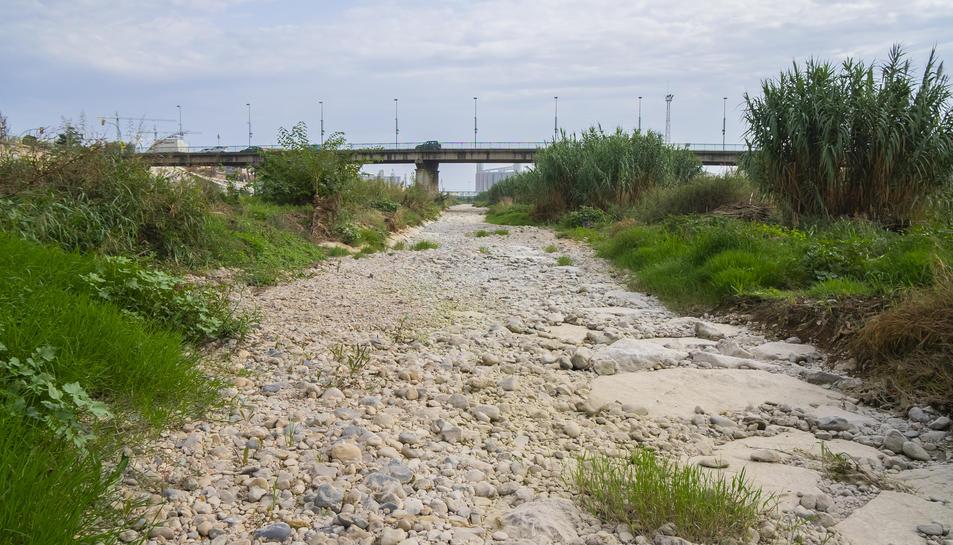 Imatge de la llera del tram final del Riu Francolí totalment seca, una situació que es repeteix constantment en els mesos d'estiu.