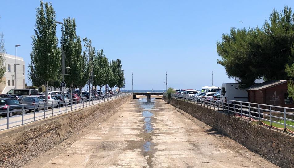 El mal estat del canal és un dels principals problemes al barri.