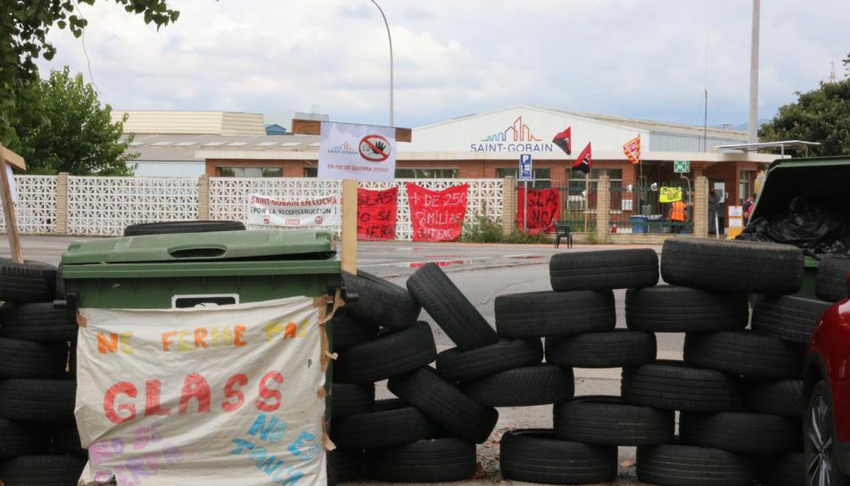 Pla general de l'accés a la fàbrica de Saint-Gobain a l'Arboç, bloquejada amb neumàtics amb motiu de la vaga indefinida dels treballadors.