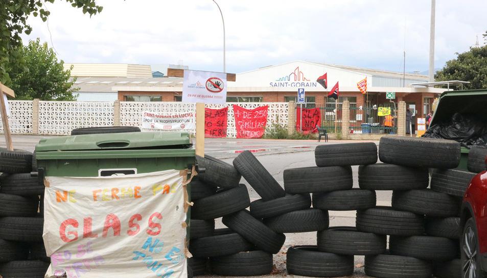 L'accés a la fàbrica de Saint-Gobain a l'Arboç, bloquejada amb neumàtics amb motiu de la vaga indefinida dels treballadors.