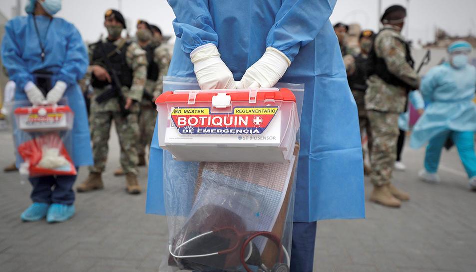 Sanitaris i soldats peruans preparats per una acció de cribatge del coronavirus.