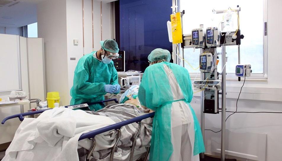 Pla general de professionals del Trueta atenent malalts de covid-19 a les UCI.