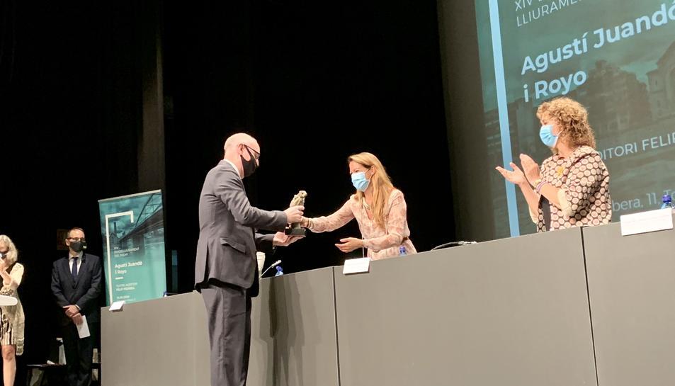 El president de l'Audiència de Tarragona, Joan Perarnau, recollint el guardó.