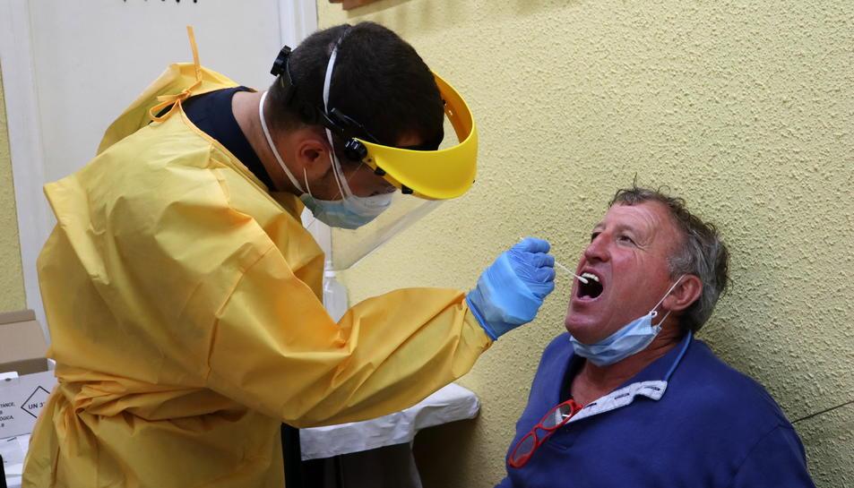 Un professional sanitari fent una prova de covid-19 a una persona en el cribratge dut a terme a Puigcerdà
