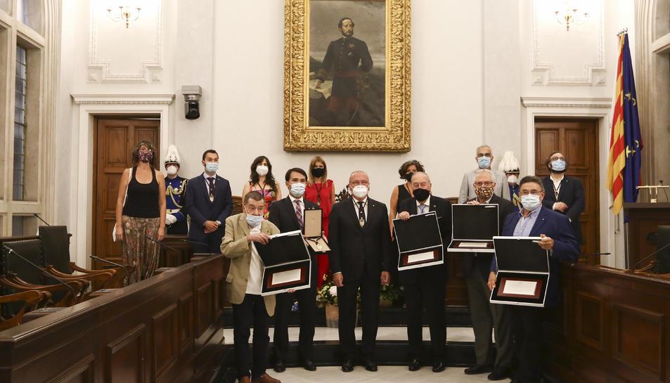 Els representants de les entitats guardonades, amb membres del consistori, ahir al Saló de Plens.