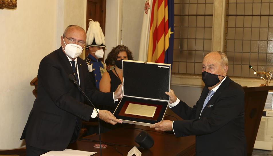 Antoni Pont recollint el títol de mans de l'alcalde, Carles Pellicer.