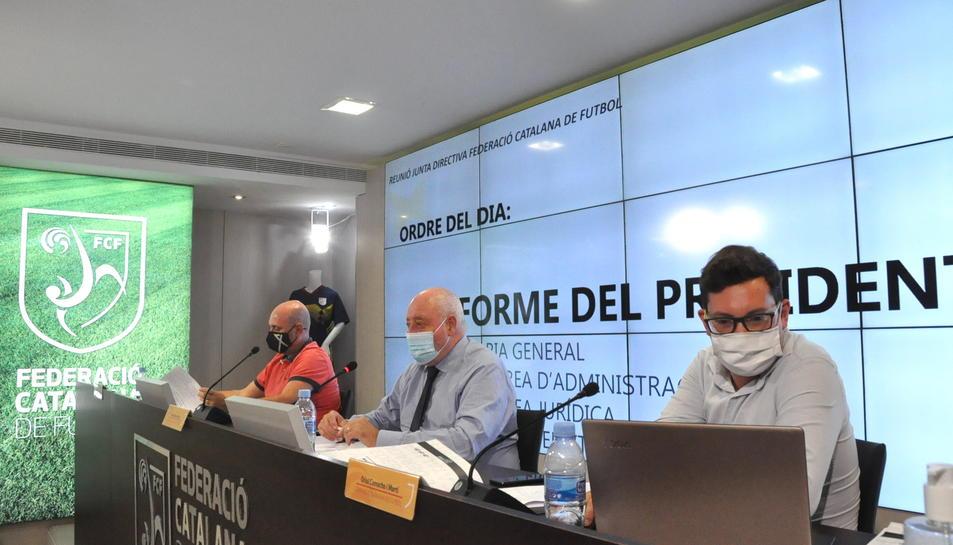 El president de la Federació Catalana de Futbol, Joan Soteras, al centre de la imatge.