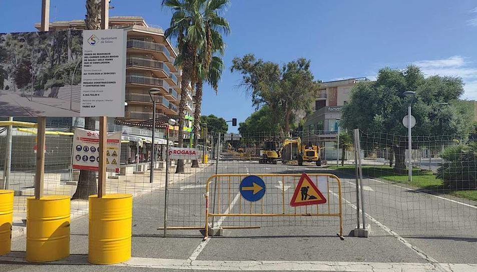 Operaris de Rogasa, ahir, treballant al carrer, on ja s'han instal·lat tanques per delimitar les obres.