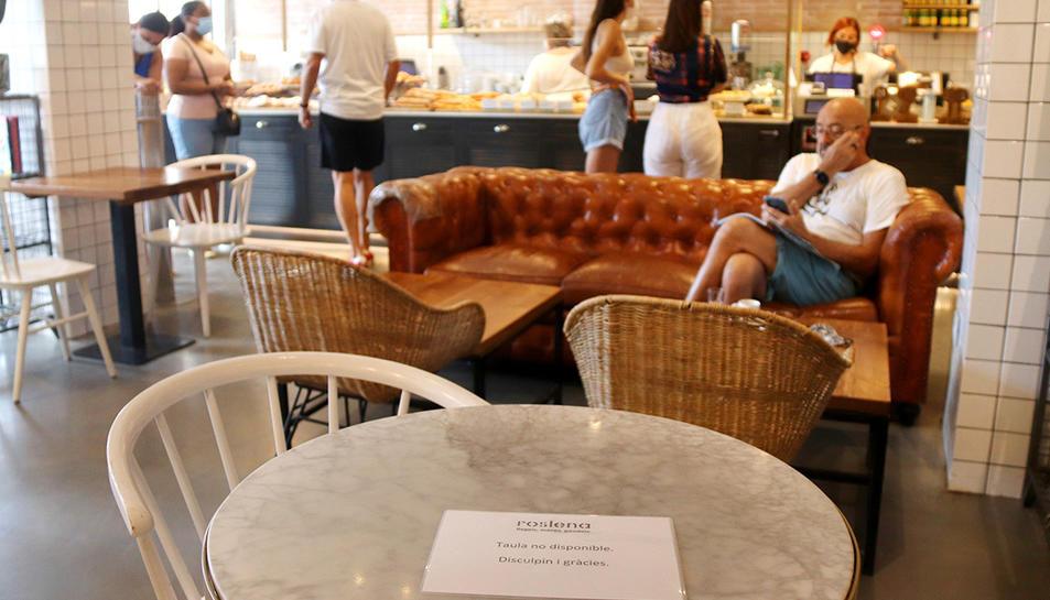 Imatge d'arxiu d'una cafeteria de Reus amb taules no disponibles per mantenir distàncies de seguretat.