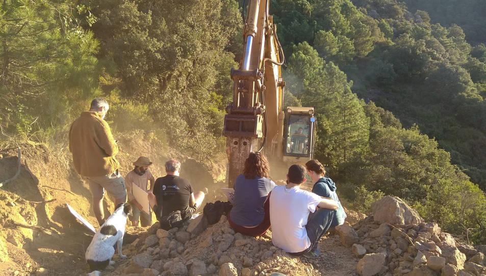 El martell hidràulic treballant just davant dels ecologistes que s'oposen al parc eòlic de Lo Vedat del Pany.