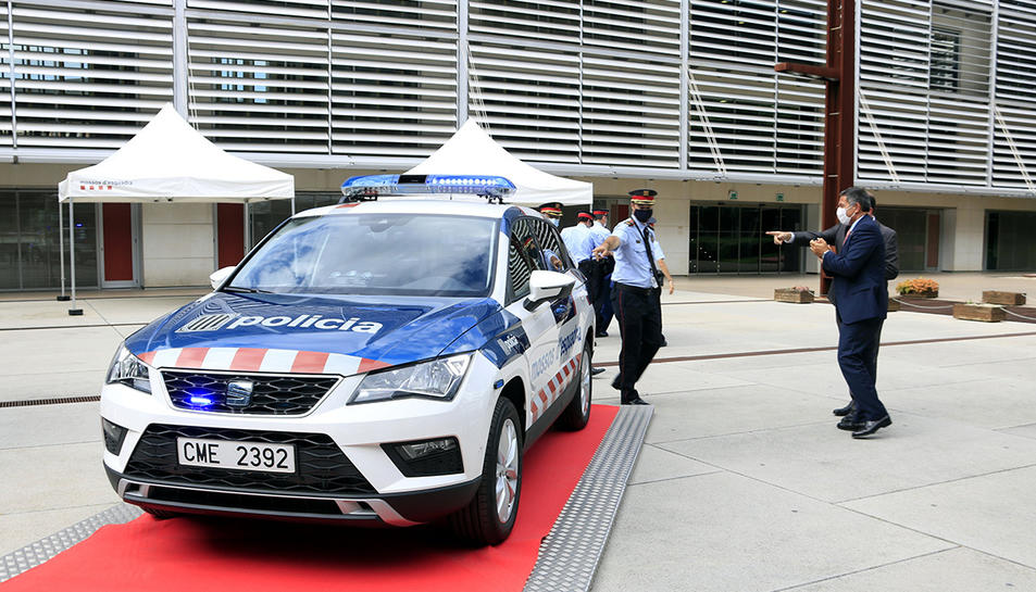 El cap dels Mossos d'Esquadra, el comissari Eduard Sallent, mostra un dels nous cotxes de seguretat ciutadana al conseller d'Interior, Miquel Sàmper.