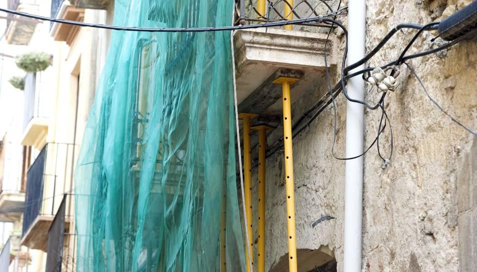 Imatge d'arxiu on es pot observar el cablejat que recorre tots els carrers de la Part Alta.
